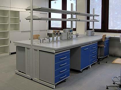 Banco tavolo lavandino rubinetto doccia lavaocchi for Arredi da laboratorio